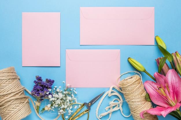 青色の背景にピンクの結婚式の招待状