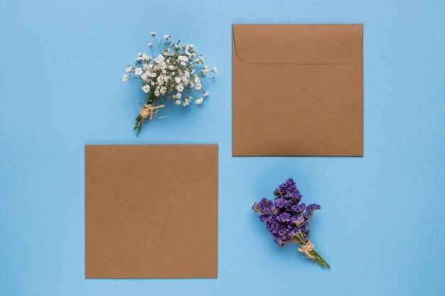 青色の背景色と茶色の結婚式の招待状