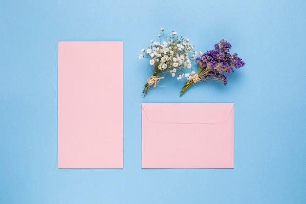 さまざまな形のピンクの結婚式の招待状