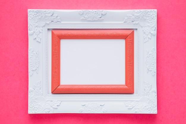 Белая двойная рамка с розовым фоном