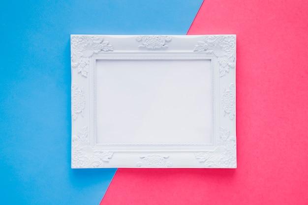 Плоская лежала пустая рамка на двухцветном фоне