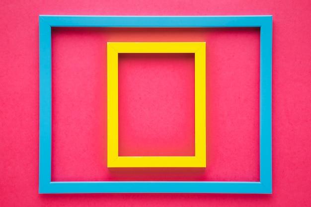 ピンクの背景とカラフルなフレームの配置