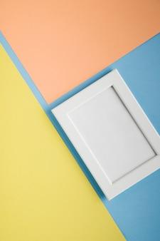 Плоский лежал белая рамка с легким красочным фоном