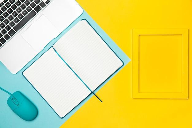 黄色のフレームとフラットレイアウトデスクコンセプト