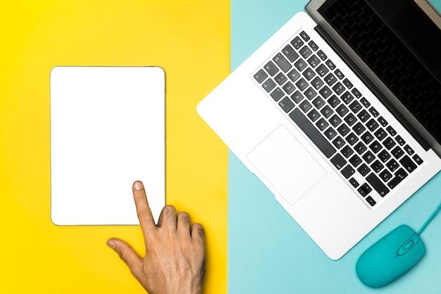 ノートパソコンとトップビューモックアップタブレット
