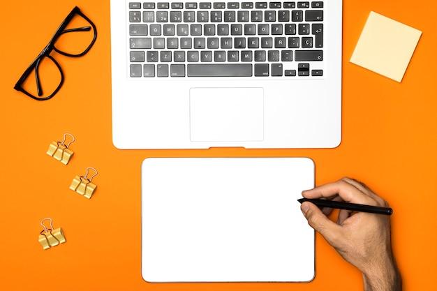 机の上のトップビューモックアップタブレット