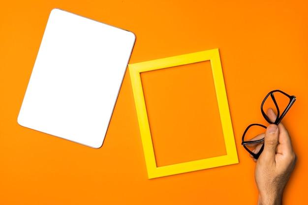 黄色のフレームとトップビューモックアップタブレット