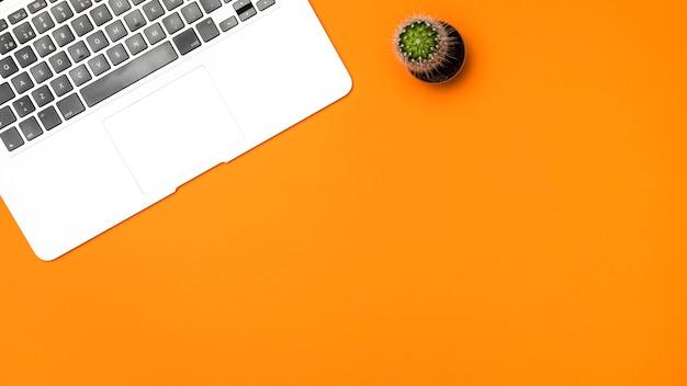 オレンジ色の背景を持つフラットレイアウトノートパソコンのキーボード