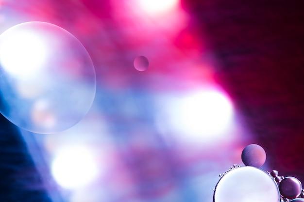 カラフルな背景にスポットライトの泡