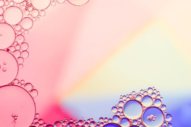 透明な泡と虹の背景