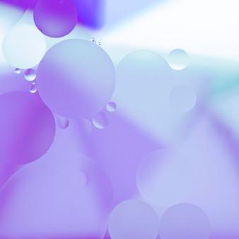 青い油滴が水面に