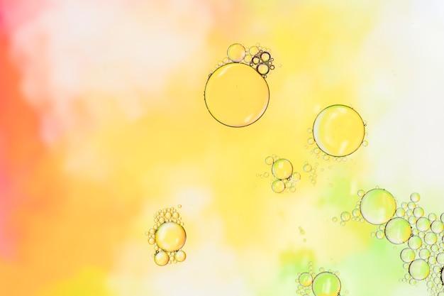 透明な泡とカラフルな背景