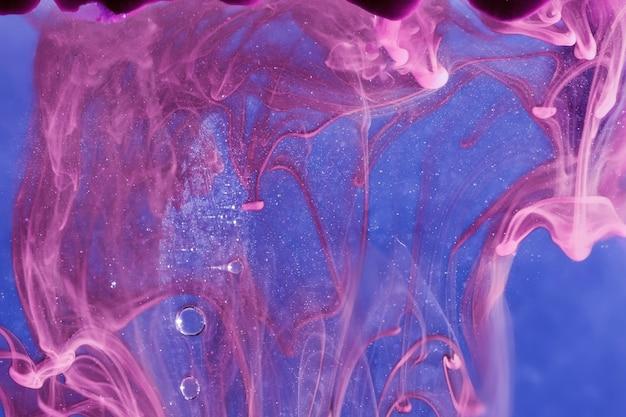 Фиолетовый дым со сверкающими пузырьками