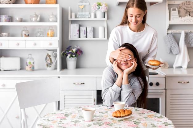 台所で遊ぶ若い女性
