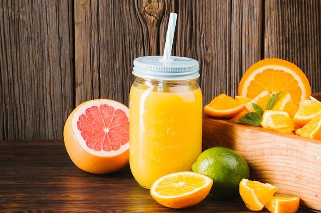 木製の背景に柑橘系のジュース