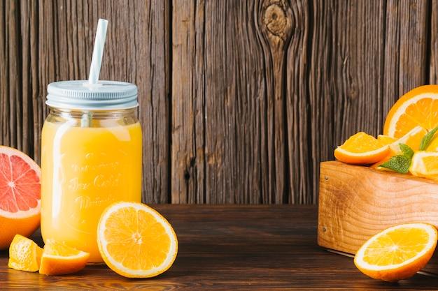 オレンジ色の新鮮な木製の背景に