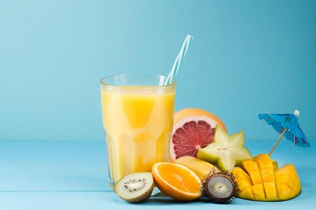 青色の背景に夏のフルーツジュース