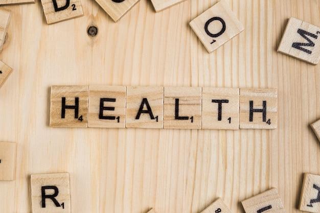 木製のタイル上の健康の言葉