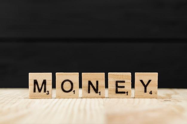 単語のお金は木製の文字で綴られて