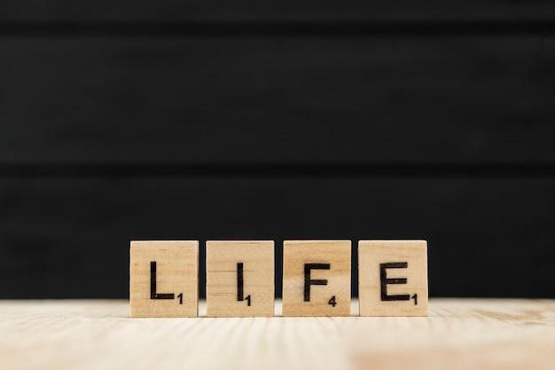 人生という言葉は、木製の文字で綴られています