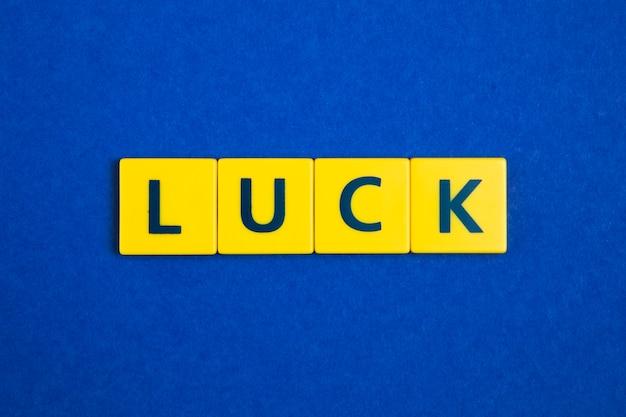 黄色のタイル上の運の言葉