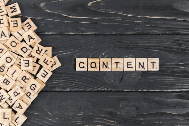 木製の背景上のコンテンツの単語