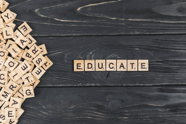 木製の背景上の単語を教育