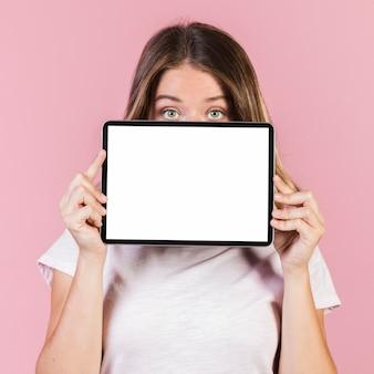 Средний снимок девушка держит планшет