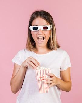 Средний снимок счастливая девушка с попкорном