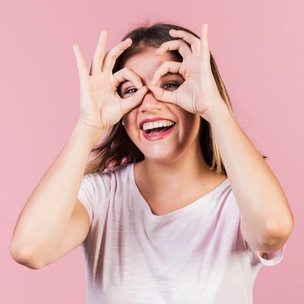 Среднего роста девушка с пальцами очков