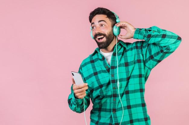 ミディアムショットの男が音楽を聴く