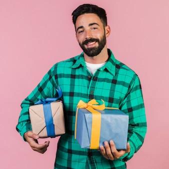 ミディアムショットの男がプレゼントを開催