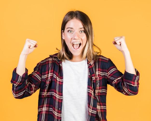 勝利を表現するミディアムショットの女の子