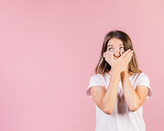 Среднестатистическая девушка закрыла рот