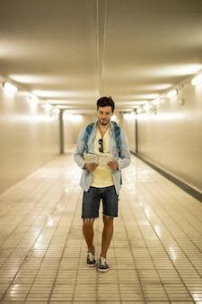 地下道で地図を見ている旅行者