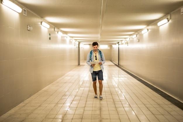 地下道でロングショットの旅行者