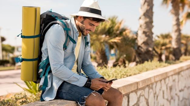 横に旅行者の携帯電話を見て