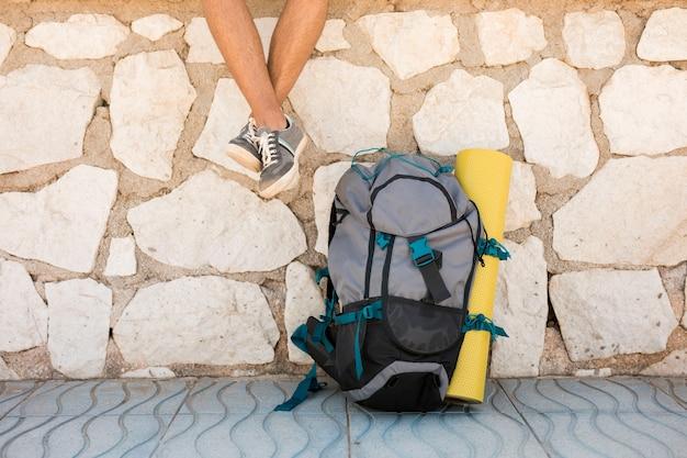 地面に旅行者のバックパック