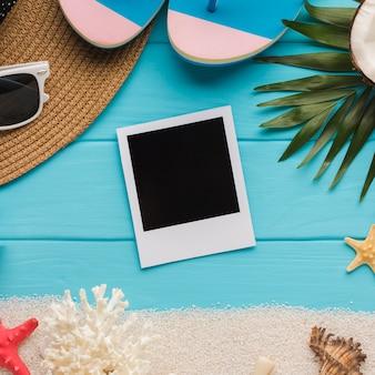 休暇の概念とフラットレイアウトポラロイド写真