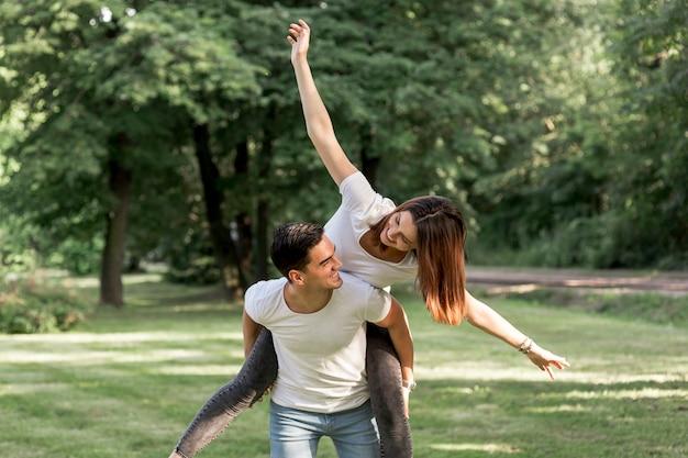 彼女のボーイフレンドを見て遊び心のある女性