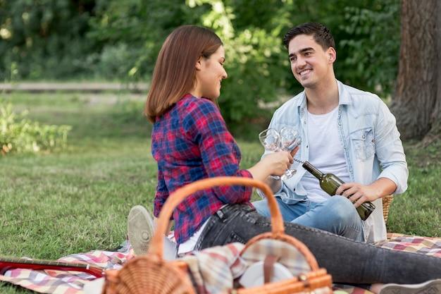 ワインのボトルを共有するカップル