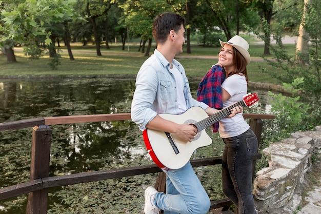 橋でお互いを見ている若いカップル
