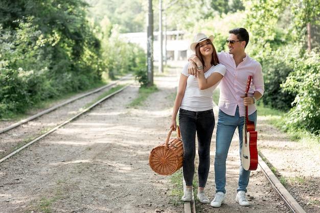 スマイリーカップルが鉄道でポーズ