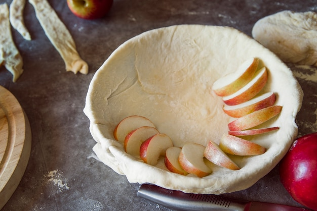 Процесс изготовления яблочного пирога под большим углом