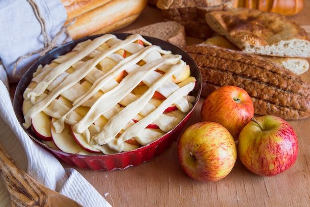 木製のテーブルの上にパイ