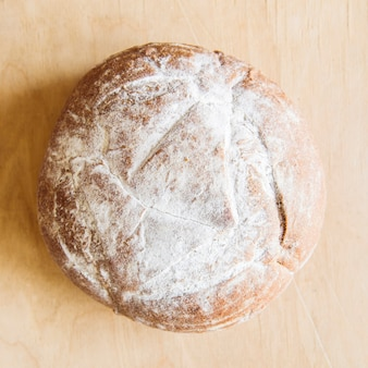 テーブルトップビューで焼きたてのパン