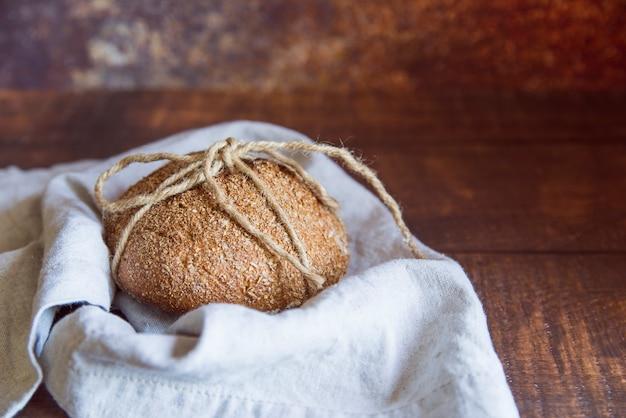 布の上の全粒小麦のパンをクローズアップ