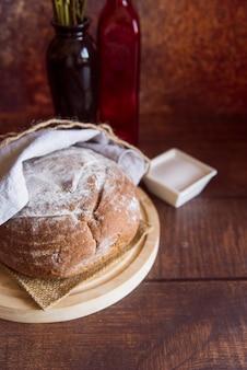木製のテーブルに健康的なパンをクローズアップ