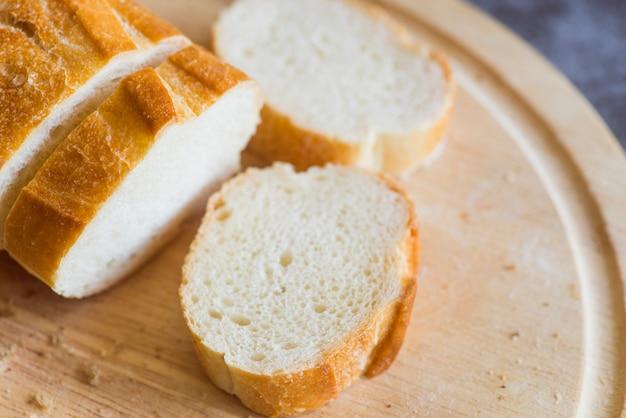テーブルの上の白パンのスライス