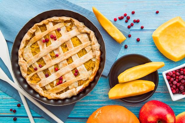Вкусный яблочный пирог на синем столе